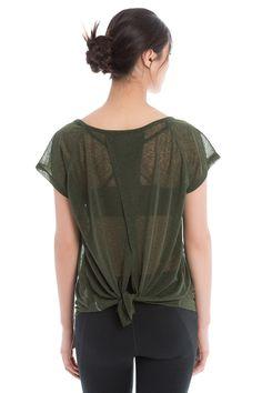 Wear it knotted in the back - or not - according to your taste and chosen activity! / Portez-le avec ou sans le noeud à l'arrière, selon les besoins de l'activité physique.