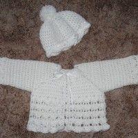 ziemlich klein... Größe 62/68  Material: weiche Babywolle in beliebiger Farbe passende Häkelnadel Satinband  Anleitung Jacke: (wir häkeln…