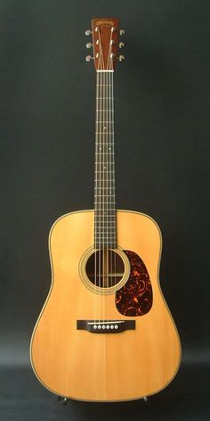 Martin D-28 museum edition 1941 (2009) : Based on the 1941 D-28 model in Martin Guitar Museum collection. Adirondack Spruce top, Madagascar rosewood back & sides.