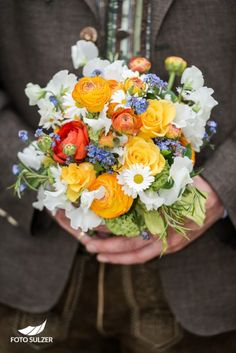 Mirabellgarten Hochzeitsshooting Bräutigam hält Brautstrauß Sacher, Blog, Salzburg, Table Decorations, Wedding, Tears Of Happiness, Floral Headdress, Newlyweds, Wedding Cakes