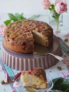 Ihanan Mehevä Raparperikeikauskakku on täydellinen alkukesän herkkukakku päiväkahveille! Kokeile helppoa keikauskakkua ja tutustu reseptiin! Most Delicious Recipe, Delicious Cake Recipes, Yummy Cakes, Yummy Food, Finnish Recipes, Decadent Cakes, Cake Fillings, Easy Baking Recipes, Frosting Recipes