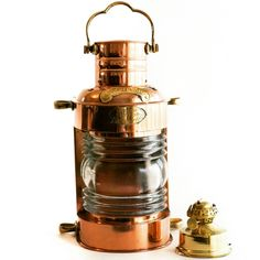 Mosiężna lampa żeglarska, dawna marynistyczna lampa nawigacyjna, stylowa naftowa lampa okrętowa - dawniej wskazywały drogę do portu, oświetlały burty i maszty żaglowców, dzisiaj podstawowy element morskiego wystroju wnętrz, prestiżowa dekoracja marynistyczna, stylowe przedmioty w morskim stylu, upominki żeglarskie, prezent dla Żeglarza, stylowe naftowe lampy okrętowe jako niepowtarzalny prezent, marynistyczny  http://sklep.marynistyka.org/lampy-zeglarskie-c-8.html  http://marynistyka.eu