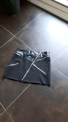 e9b1d266d992 Jolie jupe courte simili mango - Jupe noire bi matière simili coton épais  Jupe evasee courte