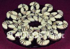 Rozpočet: Pečené těsto: 210 g hladké mouky, 140 g másla nebo Hery, 70 g moučkového cukru, 40 g nastrouhaných oloupaných mandlí, 2 žloutky a špetka soli. Nepečená hmota: 100 g moučkového cukru, 100 g sušeného mléka, 75 g másla, 100 g strouhaných oloup Christmas Sweets, Christmas Candy, Christmas Cookies, Czech Recipes, Cookie Desserts, Desert Recipes, Baking Recipes, Cake Decorating, Sweet Tooth