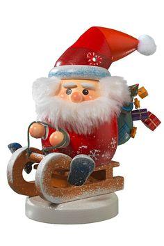 Fahrt in die Weihnacht: Zum 50-jährigen Firmenjubiläum von Käthe Wohlfahrt gibt es ein dekoratives Räuchermännchen, das einen wohligen Räucherkerzenduft verströmt. Foto: djd/Käthe Wohlfahrt
