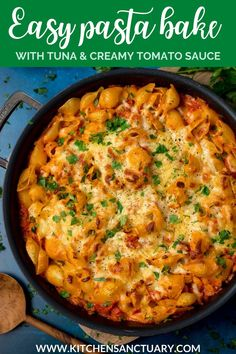 An easy pasta bake with tuna and creamy tomato sauce all topped off with lots of lovely cheddar cheese! This is a great dish to serve to a crowd. Simple to make and you can even prep it ahead. Tuna Tomato Pasta, Creamy Tuna Pasta, Creamy Tomato Sauce, Pasta Bake Sauce, Bacon Pasta Bake, Bacon Mac And Cheese, Cheddar Cheese, Baked Pasta Recipes, Beef Recipes