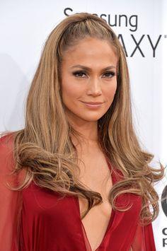 Pin for Later: Achtung Wolf! Jennifer Lopez ist das heißeste Rotkäppchen aller Zeiten Jennifer Lopez in Donna Karan bei den Billboard Music Awards 2014 Schlichtes Make-up und ein hübscher Halbzopf vollendeten ihren Stil auf dem roten Teppich.