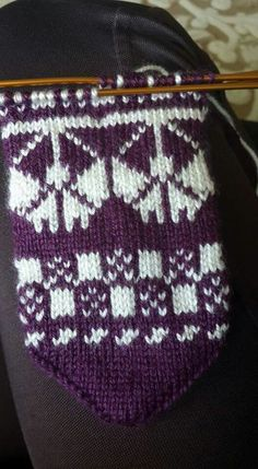 This Pin was discovered by Zeh Fair Isle Knitting, Knitting Socks, Knitted Gloves, Baby Sweaters, Diy And Crafts, Cross Stitch, Model, Slippers, Socks