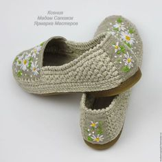 This Pin was discovered by Gau - ropa, vacaciones y más Crochet Boot Socks, Crochet Slipper Boots, Knit Shoes, Crochet Slippers, Knitting Socks, Sock Shoes, Knit Crochet, Baby Shoes, Crochet Shoes Pattern
