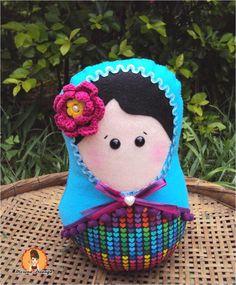 Amora é uma linda Boneca Matrioska , confeccionada a mão com tecido 100% algodão impermeabilizado , com detalhes em feltro, miçangas, botões, pérolas, franja grellot, sianinha e flor de crochê . E ainda tem um delicioso cheirinho . <br> <br>* Faço na sua Cor favorita