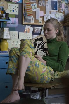 Amanda Seyfried in While We& Young While We're Young, Jenifer Lawrence, Barefoot Girls, Woman Reading, Reading People, Hipster, Emma Roberts, American Actress, Role Models