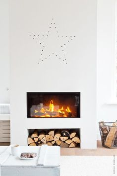 Check out the logs! Merry Minimalist Christmas: Inspiration from a Chic Home in Holland — My Scandinavian Home Home Fireplace, Fireplace Design, Fireplace Mantels, Fireplaces, Christmas Fireplace, Simple Fireplace, Wood Mantle, Modern Fireplace, Home Interior