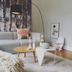 Gemtliches Wohnzimmer In Schner Hamburger Altbauwohnung Mit Kunstdrucken Grauem Sofa Und Kleinem Hlzernen Wohnzimmertisch