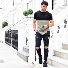"7,347 curtidas, 147 comentários - @rowanrow no Instagram: ""Thursday street style.~ Fresh new fitted tee by @levioure ✔️ Have a wonderful evening guys …"""