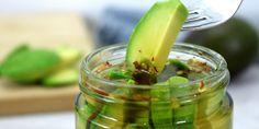 Wusstet ihr, dass man Avocados auch einlegen kann?Zutaten:2 noch etwas unreife Avocados, 1 TL Chiliflocken, 1 Knoblauchzehe, 3 Zweige KorianderMarinade: 150ml Weißweinessig, 150ml Wasser, 1 EL Zucker, 1 TL SalzRezept:Für eingelegte Avocados, solltest du festere Avocados verwenden!Gib als erstes Weiß...