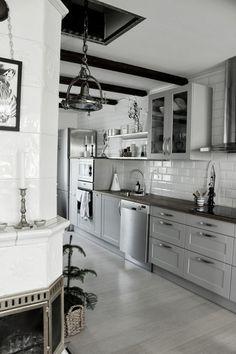 vitt kakel i kök,grå köksluckor,hth kök,vitrinskåp,öppna hyllor,rostfritt,hyllor,kakelugn,tavla,zebra,artprint,industri,kök