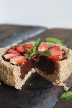 Dessert Recipe: Strawberry & Chocolate Buttercream Tarts #vegan #recipes #healthy #plantbased #glutenfree #whatveganseat #dessert #rawfood