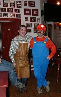 Aquí, fardando de bigote con el gran Mario Bros ...(aunque hay quien dice que puede ser David Bonilla, el figura de @Otogami )