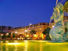 Praça de D. Pedro IV - Rossio - Lisboa Pormenor de uma das duas fontes gémeas do Rossio Entre 1846 e 1849 na praça é construído o Teatro D. Maria II, a praça é arborizada, as fontes monumentais colocadas, a estátua de D. Pedro IV inaugurada, o pavimento é calcetado com mosaico português, a preto e branco, com padrões ondulantes. Foi um dos primeiros desenhos desse tipo a decorar os pavimentos da cidade.