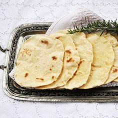 Bernice'den Lavaş Ekmek (Bazlama); Ev yapımı yumuşacık ,puf puf lavaş ya da bazlama ekmek…Buz dolabında 1 hafta tazeliğini korur.Yiyeceğinizde tost makinesinde düşük ısıda 1 dakika ısıtmanız yeterli…İçinde un, içme suyu, tuz ve az maya vardır.Tanesi pasta tabağından biraz büyüktür.İçine malzeme konup dürüm olarak ya da sade olarak tüketilir.6 yıldır evime ekmek almıyorum ,gün aşırı bu ekmeklerden yaparım.Hem sağlıklı hem doyurucu…