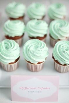 Peppermint Cupcakes - Peppermint is such a wintery flavour to me. Cupcake Recipes, Cupcake Cakes, Wedding Mint Green, Mint Wedding Decor, Mint Wedding Cake, Dessert Wedding, Orange Weddings, Bouquet Wedding, Wedding Nails