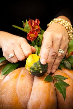 A Washingtonian Thanksgiving - Step By Step Floral Design - Holly Chapple Diy Thanksgiving Centerpieces, Pumpkin Centerpieces, Thanksgiving Table Settings, Thanksgiving Tablescapes, Pumpkin Planter, Feather Centerpieces, Pumpkin Wedding, Pumpkin Flower, Table Designs
