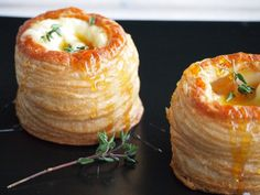 Pasty pastries with Brie Honey and Thyme Flying Foodie. Appetizers For Party, Appetizer Recipes, Snack Recipes, Cooking Recipes, I Love Food, Good Food, Yummy Food, Brie, Christmas Lunch