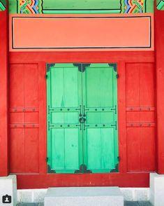 #door #seoul #koreandoor #korea #koreanart #koreanpalace #gyeongbokgung #doorsofinstagram #instdoorgram #thebest_windowsdoors #doorlovers #koreanarchitecture #architecturephotography