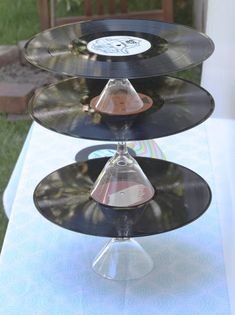 Record cake stands perfect to hold cupcakes at disco party Karaoke Party, Music Party, Star Wars Party, Record Cake, Record Stand, Record Display, Rockstar Party, 50s Theme Parties, 80s Theme