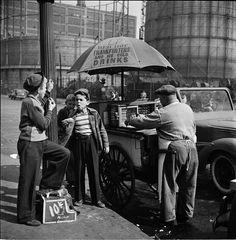 Bambini lustrascarpe e un venditore ambulante (Stanley Kubrick nel 1947 per Look)