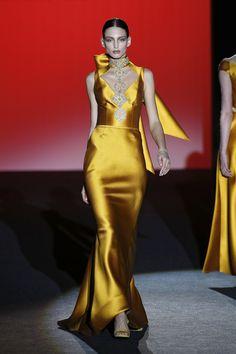 Vestido de invitada ajustado amarillo. Diseño de Hannibal Laguna.