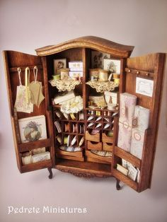 Artisan Pedrete Trigos - Lovely and beautifully detailed armoire filled with thread, ribbon, lace and sewing essentials! Vitrine Miniature, Miniature Rooms, Miniature Crafts, Miniature Houses, Miniature Furniture, Dollhouse Furniture, Barbie Furniture, Mini Things, Miniture Things