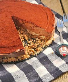 nutella monchou kaastaart Benodigdheden: 200-250 gram biscuitjes + 100 gram boter (=bodem) 8 eetlepels nutella, 3 eetlepels suiker, 3 bakjes monchou (200 gram per stuk), 1 eetlepel cacao + cacao voor over de taart