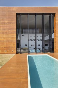 Video game inspired wall - check. Triple-height rotating glass doors - check Lap pool - check Green grass... uncheck LA HOUSE, Londrina, 2008