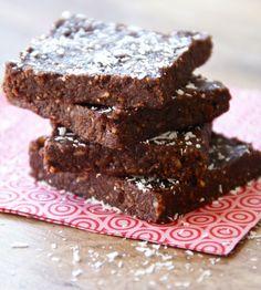 Healthy easy brownie met kokos, gezonde brownies, healthy brownie recipe, b Raw Brownies, Healthy Brownies, Vegan Brownie, Healthy Cake, Healthy Sweets, Brownie Recipes, Healthy Baking, Snack Recipes, Raw Chocolate