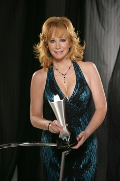 Reba McEntire Best Country Singers, Country Western Singers, Country Music Artists, Country Music Stars, Country Girls, Beautiful Old Woman, Beautiful Redhead, Gorgeous Women, Reba Mcentire