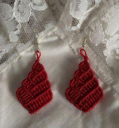 Red handmade macrame drop earrings by Vicrame on Etsy