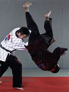 Hapkido techniques master Han Woong Kim demonstrates counters against roundhouse kicks in Black Belt magazine.