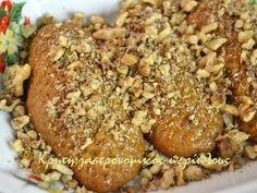 Συνταγή 100 χρόνων! Κάθε χρόνο, εκτός από τις δικές μου συνταγές παραδοσιακών γλυκών, συνηθίζω να δοκιμάζω αυτές τις μέρες συνταγές φίλων. Είναι πια κάτι σαν έθιμο. Κάνω μισή δόση «άλλους»&nb… Greek Sweets, Greek Desserts, Greek Recipes, Chocolate Sweets, Love Chocolate, Melomakarona Recipe, Biscuits, Eat Greek, Sweets Cake