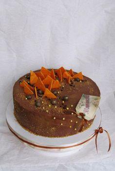 торт дьяболо (баварский мусс к фундучной пастой, нежный крем из молочного шоколада, шоколадный бисквит, фундук). Покрыт кремом из горького шоколада