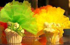 Bébé sur un cupcake avec de tulles flashy !   Plus d'idées sur http://www.dragees-et-chocolats.fr/evenement/bapteme/figurines-sujets/sujet-bebe-cupcake-clip-photo.html