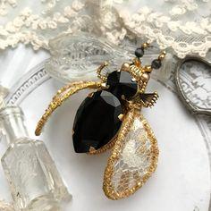 Красавчик- жучок с крупным кристаллом Swarovski в чёрном цвете в сочетании с золотыми крыльями, расшитыми золотым антикварным бисером.⭐️⭐️⭐️ Шикарный жучок❤️ Продан❌❌ Если жучок понравился , то не забывайте ставить ❤️ #embroidery #handembroidery #мастеркрафт #ярмаркамастеров #brooch #авторскиеукрашения #мастеркрафт #handmade_ru_jewellery #брошьжук #em_hm #ручнаяработа #украшениеручнойработы #хочувlwoc #decor_elements #handmade_ru_jewellery #жучки_km