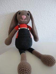 Endnu en kanin har set dagens lys, denne gang i en mere drenget udgave.   Opskriften er meget som de tidligere viste kaniner, men der er dog...