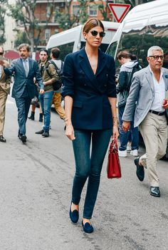 © Tommy Ton Bianca Brandolini d'Adda wearing a favorite classic combo of navy with denim. Simple blue loafers, slim gold bracelets and the red bag are the finishing touches that pull together this understated look. Tommy Ton, Timberland Loafers, Working Girl, Streetwear, Blazers, Milan Fashion Week Street Style, Paris Fashion, Garance, Street Style