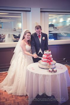 Bride and Groom cut the cake at Harbour Heights wedding photos. Photography by one thousand words wedding photographers