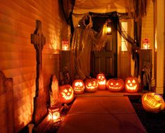 Halloween, love decorated porches!