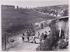 Foto storiche di Roma - Baracche lungo l'Acquedotto Felice, nei pressi di via del Quadraro Anno: 1957