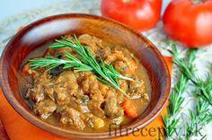 Vyskúšajte guláš v tejto zaujímavej kombinácii s rozmarínom a hubami. Nenechajte sa odradiť tým, že to nie je klasika. Je výnimočný a extrémne chutný. Ingrediencie (na 8 porcií): 1kg hovädzieho karé 1kg zemiakov 1 cibuľa 4 strúčiky cesnaku 500g húb (napr. šampiňóny) 4 PL paradajkového pretlaku 4 mrkvy 3 stonky rozmarínu 2 PL mletej papriky […]