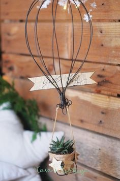 Hot air balloon in a vanilla wire for home / Wire Crafts, Diy And Crafts, Arts And Crafts, Christmas Diy, Christmas Decorations, Xmas, Wireframe, Air Plant Display, Craft Stalls