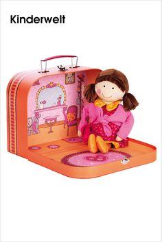 sigikid • Lara Lala im Koffer.  Ein Traum in pink: Die zauberhafte Stoffpuppe Lara Lala von sigikid. Schmuseweich und chic von Kopf bis Fuß. Sie trägt ein rotes Ballonkleid und ein Bolerojäckchen zum An- und Ausziehen. Der Koffer aus stabiler Hartpappe ist liebevoll illustriert und eignet sich nicht nur toll zum Verstauen. Aufgeklappt dient er als zauberhafte Spielkulisse.  Bild anzeigen: http://www.imagesportal.com/newsletter/current/newsletter_i89.php